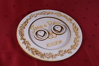 Darčeky pre svadobčanov - Drevený podnos vankúšik na obrúčky gravirovaný 1 - 11467444_