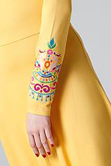 Šaty - Šaty dlhé žlté s vyšívanými rukávmi - 11470837_
