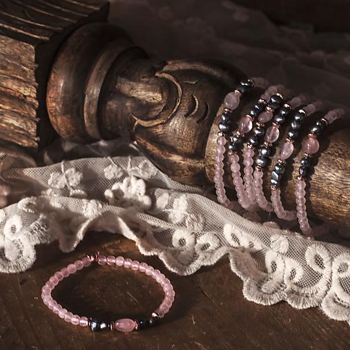 Nežný náramok z ruženínu a riečnych perál