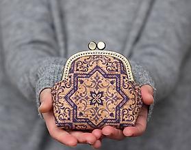 Peňaženky - Korková peňaženka s kovovým rámikom - modrý ornament - 11473321_