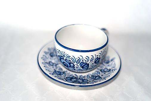 Šálka s podšálkou s modrým dekórom