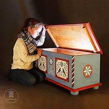 Nábytok - Maľovaná interiérová truhlica do detskej izby - 11475381_