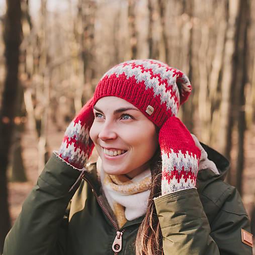 červená zúbkatá čiapka (čiapka)