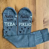 """- Maľované pásikavé ponožky s nápisom: """"našli sme poklad /našli sme teba tatko"""" (sivé) - 11475209_"""