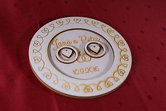 Darčeky pre svadobčanov - Drevený podnos vankúšik na obrúčky gravirovaný 3 - 11472853_