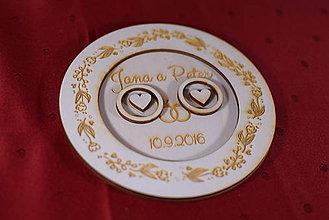 Darčeky pre svadobčanov - Drevený podnos vankúšik na obrúčky gravirovaný 4 - 11472858_