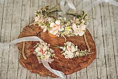 Ozdoby do vlasov - Romantický kvetinový set (venček, náramok s čipkou, pierko pre ženícha) - 11478526_