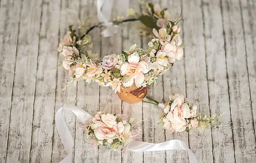 Romantický ružový kvetinový venček