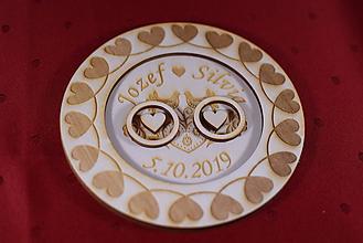 Darčeky pre svadobčanov - Drevený podnos vankúšik na obrúčky gravirovaný 6 - 11475983_