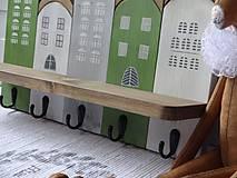 Nábytok - Zelený domčekový vešiak - 11480751_