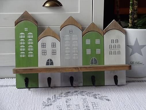 Zelený domčekový vešiak