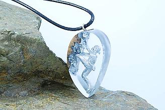 Náhrdelníky - Horolezec- Drevený náhrdelník pre lezcov v tvare slzy - 11481020_