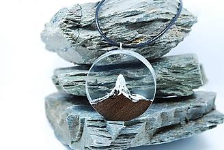 Náhrdelníky - Osamelý štít- Drevený náhrdelník - 11481182_