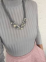Náhrdelníky - Šedý pošitý perlami - 11485100_