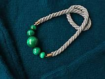 Náhrdelníky - Smaragdové korále na šedém laně - 11485135_
