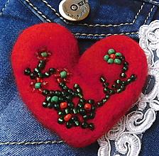 Odznaky/Brošne - plstená brož srdce s kvietkom - 11485447_