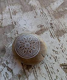 Dekorácie - Kvietok na mede - Na kameni maľované - 11488439_