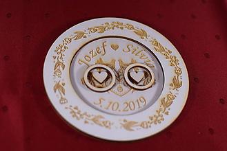 Darčeky pre svadobčanov - Drevený podnos vankúšik na obrúčky gravirovaný 7 - 11485496_