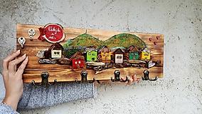 Nábytok - Drevený vešiak s domčekmi  - 11491135_