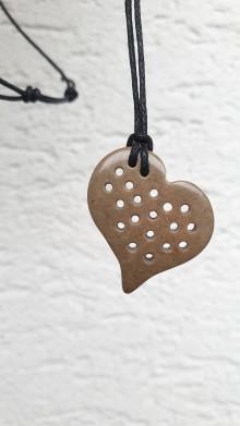 Náhrdelníky - Srdce-dierkovaný pohľad na svet - 11488946_