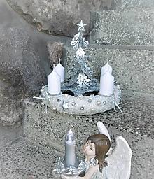Dekorácie - adventný veniec biela + strieborná so stromčekom - 11493862_