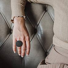 Prstene - BUTTON {L} výrazný tmavozelený prsteň s kovovým leskom - 11491630_