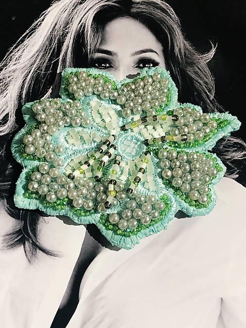 Brošnička zelený kvet