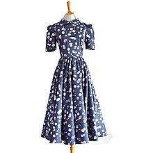 Šaty - Fľakaté šaty s kruhovou riasenou sukňou - 11501904_