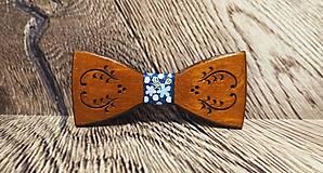 Doplnky - Pánsky drevený motýlik FOLK TMAVÝ s krabičkou - 11499342_