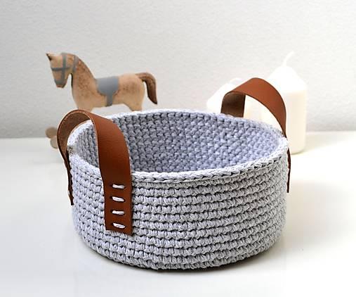Háčkovaný košík bavlnený s koženými uškami