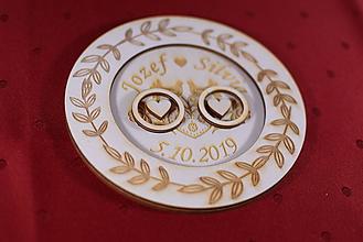 Darčeky pre svadobčanov - Drevený podnos vankúšik na obrúčky gravirovaný 9 - 11502534_