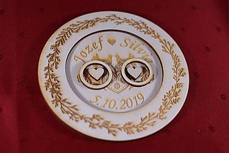 Darčeky pre svadobčanov - Drevený podnos vankúšik na obrúčky gravirovaný 10 - 11502539_