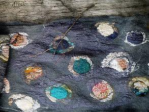 Šály - Hodvábno vlnený bodkovaný šál vyrobený technikou nunoplstenia - 11506196_