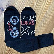 Obuv - Maľované čierne ponožky s bicyklom a menom (Biela + červená) - 11505925_