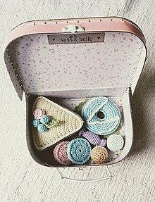 Hračky - Ružový kufrík s háčkovanými koláčmi I. - 11512358_