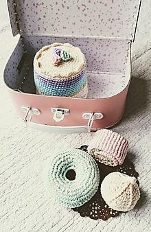 Hračky - Ružový kufrík s háčkovanými koláčmi II. - 11512381_
