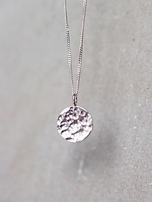 Náhrdelníky - Strieborný tepaný medailón - 11511465_