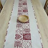 Úžitkový textil - ADRIANA - bordové ornamentové srdiečka na režnej - stredový obrus - 11509830_