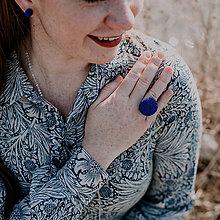 Prstene - BUTTON {L} výrazný tmavomodrý prsteň - 11511657_