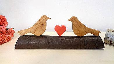 Dekorácie - Zaľúbené vtáčiky - drevená dekorácia so srdiečkom - 11517133_