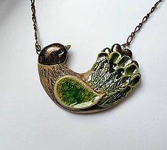 Náhrdelníky - Keramický šperk-Vtáčik zelený, so sklom - 11525299_