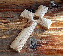 Dekorácie - Drevený krížik so srdiečkom BOROVICA - 11526975_