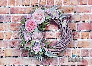 Dekorácie - Pastelový veniec fialovo-ružový s mint vtáčikom 35cm - 11528010_