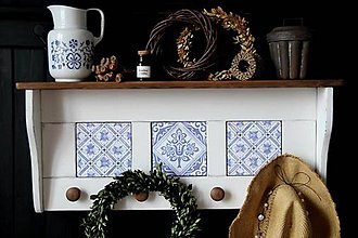 Nábytok - Vešiak-o-polica biela s modrou keramikou - 11526876_