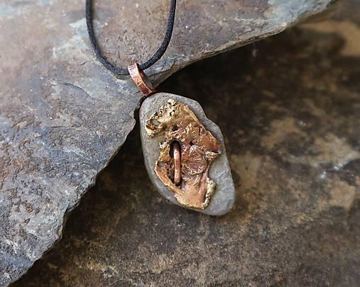 Reliéf - kamenný prívesok s meďou a mosadzou
