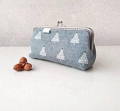 Peňaženky - Peňaženka XL s vreckom na zips Ihličnaté stromy na šedej - 11534319_