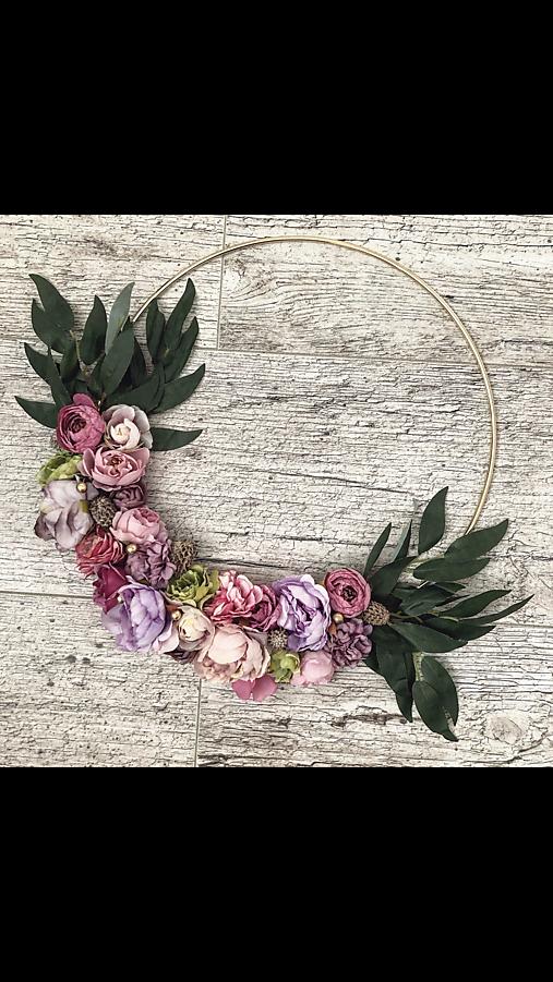 Dekorácie - Kvetinový dekoračný veniec  - 11540352_