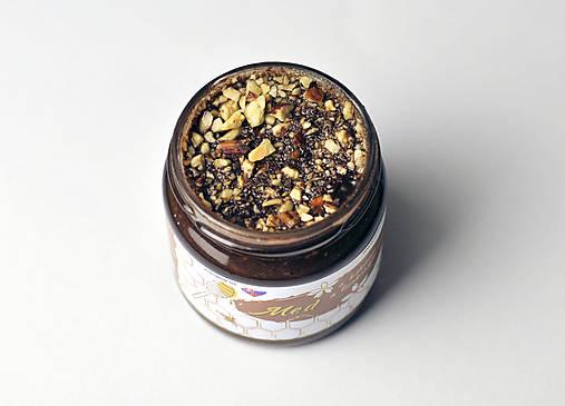 Med s kakaom a praženými lieskovými orechmi