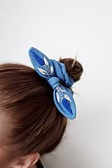 """- Ľanová retro gumička """"scrunchie"""" s vyšívanou mašličkou (Modrá) - 11540860_"""