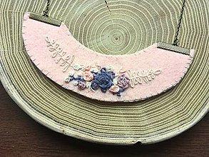 Náhrdelníky - ručne vyšívaný lososový náhrdelník jemnosť   miniberry - 11543243_